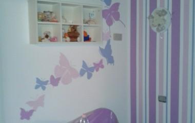 Decorazione a parete di farfalle stilizzate e righe